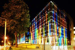 Công trình tòa nhà ngoài trời với tấm Resin màu sắc
