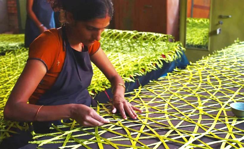 Các nghệ nhân đang đan những tấm lưới nghệ thuật